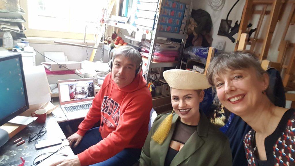 Model Fleur, Conceptman en technicus Synco en portretjuf Liesbeth achter de controlepanelen te Portretschool Amsterdam