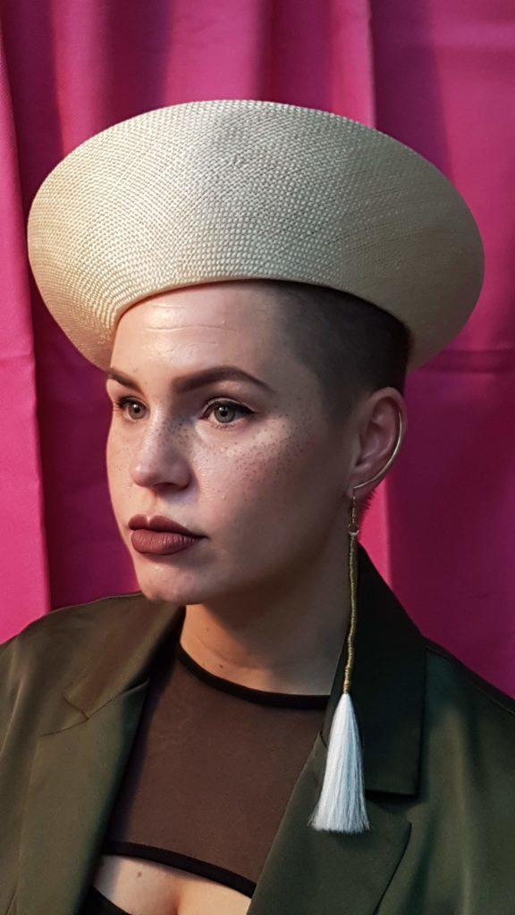 Beeldend kunstenaar en model Fleur Ouwerkerk tijdens het vierde Record Online Portretschilderen bij Portretschool Amsterdam